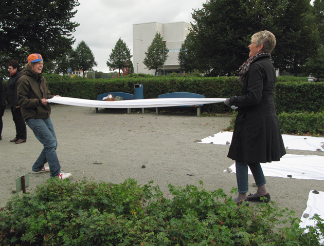 Learning to fold linen in Satama park in Kuopio (intervention), 2013.