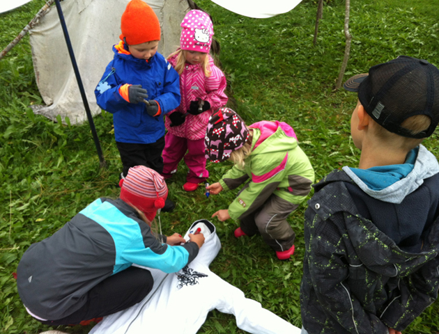 Johanna, Onni, Helmi, Iita and Jiri making the albedo scarecrow.