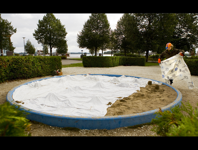 Covering a sandbox in Satama park in Kuopio, 2013. Photo by Pekka Mäkinen