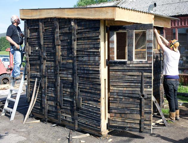 George Beasley and Uist Corrigan building SSW Sauna, 2015. Photo: Brett Bloom